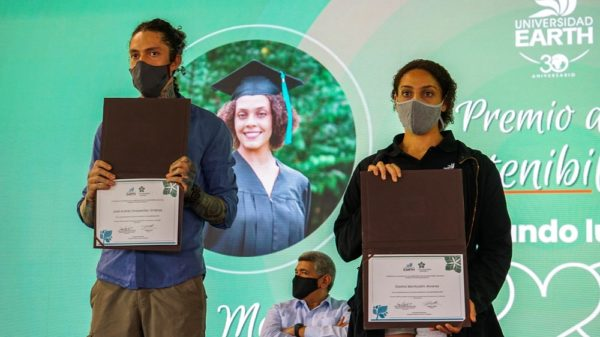 Dasha Montcalm Álvarez and José Andres Charpentier holding their certificates during the 2020 Sustainability Prize ceremony at EARTH University